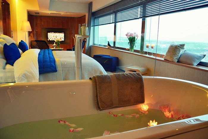 """Vedere din baie, """"One Room Hotel"""""""