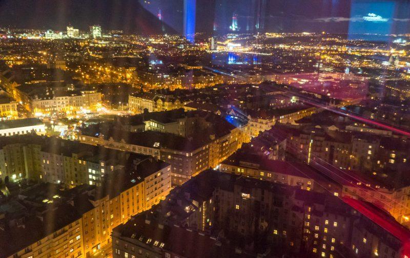 Noaptea iluminarea turnului se reflectă în geamuri