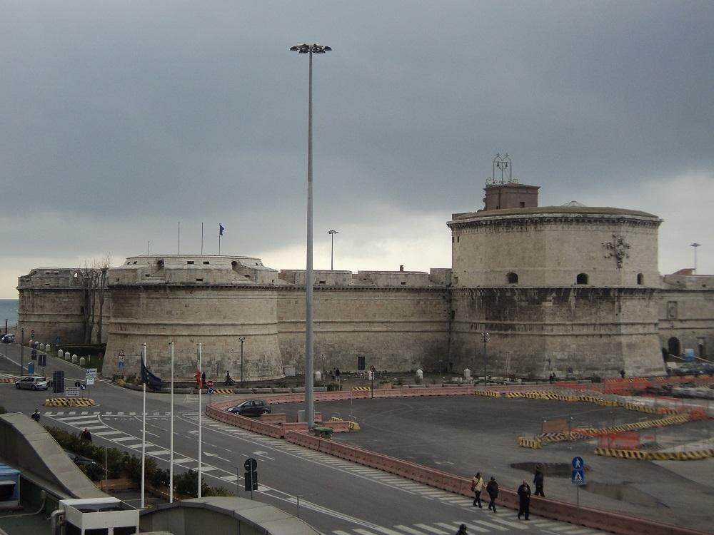 O impresie de neșters lasă fortăreața formidabilă a lui Michelangelo