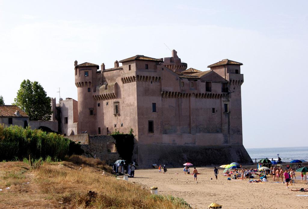 Castelul Santa Severa este unul dintre cele mai vechi castele din Italia, care a supraviețuit până în zilele noastre complet conservat.