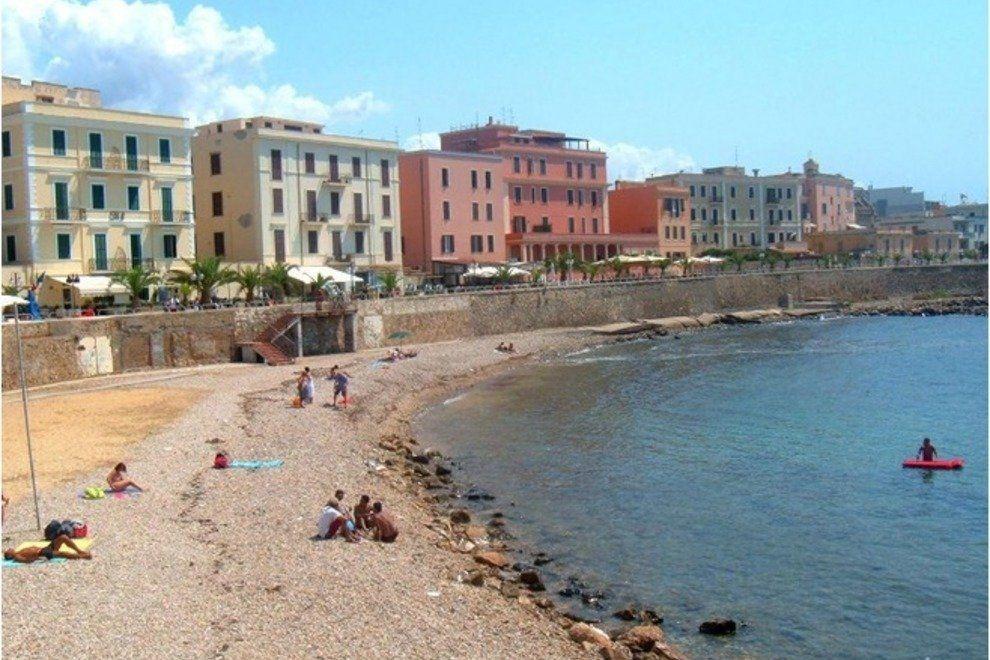 Plaja Pirgo este una dintre putinele plaje amenajate ale orasului.