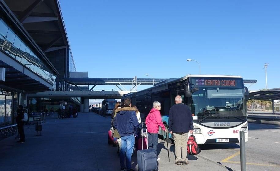 Stația de autobuz din aeroport
